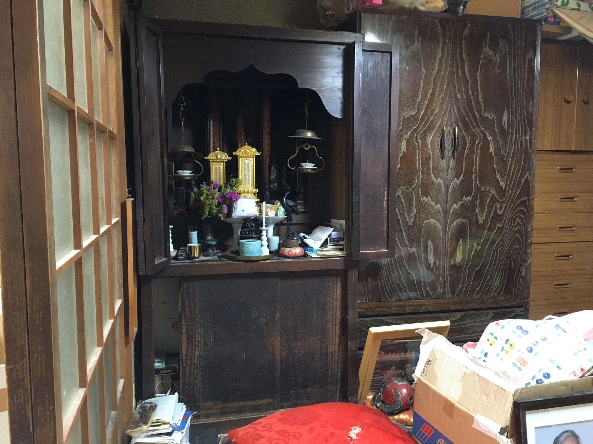 施主様宅のお仏壇。デザインなど歴史を感じるお仏壇です。