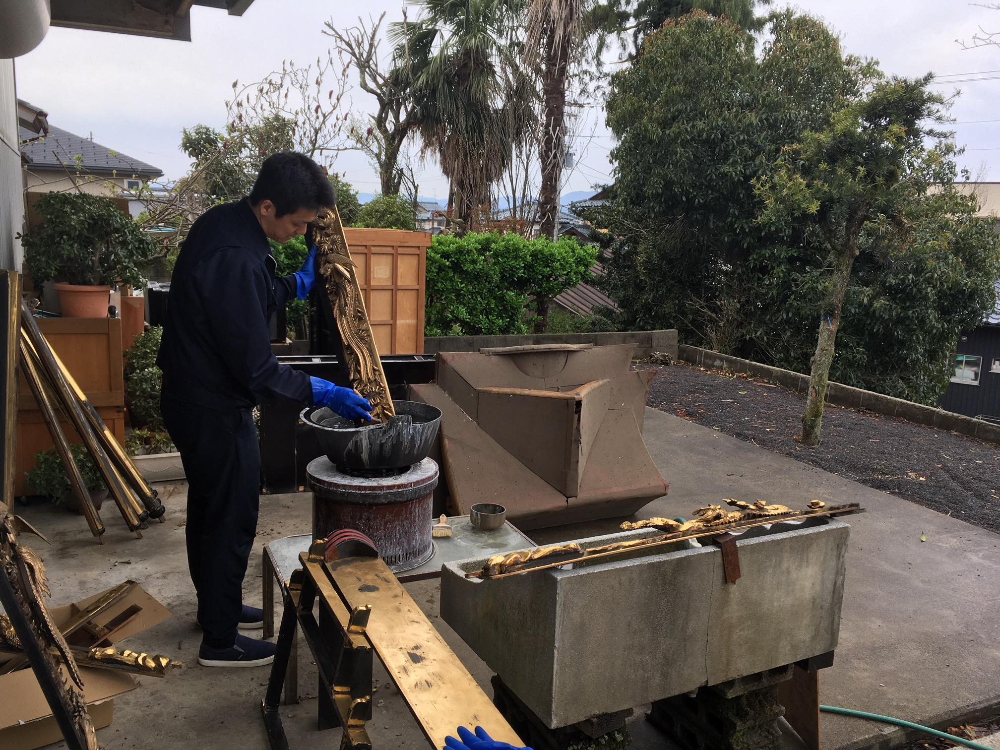 寺院仏具の修理修復。分解したパーツを特殊液できれいにしていきます。